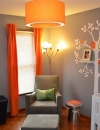 اللون الرمادي هو اللون المحايد الجديد لديكور غرفة الرضيع فقد اقترن اللون الرمادي مع اللون البرتقالي واضفى على الغرفة رونقاً رائعاً ,كما انشئت هذه الغرفة بطريقة فنية جميلة واصبحت مكاناً يستمتع البالغين بقضاء وقت اطول فيها. كما وضعت الصور العائلية بطريقة فنية على فروع الشجرة.