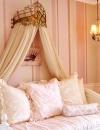الاهتمام بالتفاصيل . ظلال اللون الوردي الناعم اوجد خلفية مريحة في حين ان التاج الذهبي والثريا اضفى المزيد من المرح للغرفة . بدت الغرفة كغرفة الاميرة.