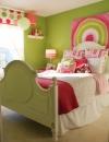 تصميم عمل فني بتكلفة قليلة . عن طريق تصميم لوحة فنية كبيرة ملونة لافتة للنظر فوق السرير.