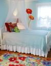 عمل رسومات ضخمة من الزهور على الجدران  لاضافة اللون والمرح للغرفة ,يمكن ازالتها وتغييرها بسهولة مع نمو الطفل.