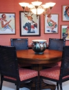 لوحات غير متكافئة رائعة , مجموعة من اللوحات المنوعة تم وضعها على حائط غرفة العائلة هذه بدت رائعة وجميلة.