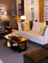 مجموعة هادئة , غرفة المعيشة هذه فيها العديد من مميزات التصميم الرائع, بما في ذلك الجدار المخصص بالكامل لمجوعة من الصور التي اضفت الجمال على اللون الاصفر للاثاث الموجود فيها.