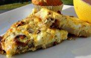 اومليت السجق والبطاطس والجبن للافطار