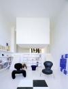 هذا التصميم من دومينيك ايمانويل حيث قامت بتصميم غرفة نوم عائمة في الهواء , في مكعب يحتوي على سرير بعيداً عن بقية سكان المنزل