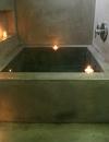 وجود الشموع العائمة اضاف لمسة مثيرة على هذا التصميم للحمام