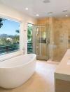 تصميم حمام مثير مع بلكونة