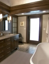 تصميم حمام مثير استخدم الخشب البني المحروق للجدران