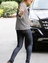 مايلي سايروس في بلوزة مخططة باكمام طويلة مع بنطلون جينز.