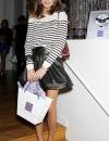 اوليفيا باليرمو ترتدي بلوزة مخططة مع تنورة من الجلد