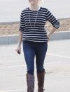 ريس ويذرسبون في بلوزة مخططة مع جينز نيلي وحذاء ركوب الخيل باللون البني.