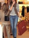 روزي هنتنغتون وايتلي في بلوزة مخططة مع بنطلون جينز ووشاح جلد النمر