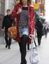 فيرني كوتون مقدمة برنامج راديو ون في طريقها الى العمل ترتدي بلوزة مخططة مع جاكيت باللون الاحمر