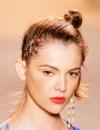 تسريحة رفع جديدة اذ يتم رفع الشعر على شكل كعكة جانبية