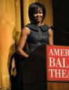 ميشيل أوباما في ثوب من عز الدين عليا عند القاء كلمة في مسرح البالية الامريكي في حفل افتتاح ليلةالربيع