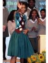 ميشيل أوباما في ثوب اخضر مزرق من وو جيسون مع سترة من جونيا واتانابي اثناء زيارتها لمدرسة غاريت اندرسون اليزابيث في لندن