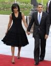 ميشيل أوباما اثناء مغادرتها لحضور حفل عشاء لحلف شمال الاطلسي في بادن بادن في ثوب بلا اكمام من تصميم عزالدين عليا