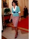 ميشيل أوباما بدت ودودة في طقم مع تنورة ملونة في استقبال اطفال المدارس في البيت الابيض