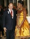 ميشيل اوباما تتحدث مع الامير البرت امير موناكو في حفل استقبال في كوبنهاغن في ثوب مشرق ذهبي من رودارت