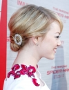 ايما ستون,كعكة عالية ترفع بواسطة سحب الشعر ويلف على شكل عقدة تثبت بدبابيس الشعر