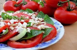 سلطة الطماطم مع البصل والريحان