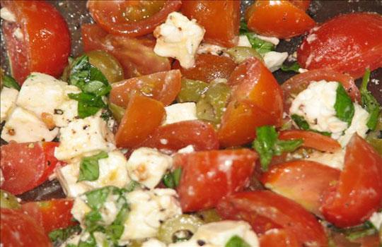 سلطة الطماطم والزيتون اليونانية