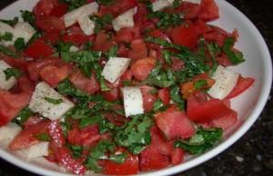 سلطة الطماطم الطازجة والموتزاريلا