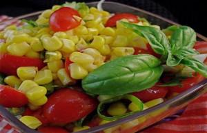 سلطة الطماطم الطازجة مع الذرة