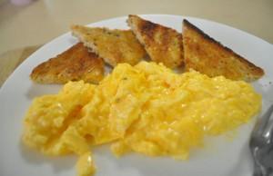 البيض المقلي على الطريقة الفرنسية