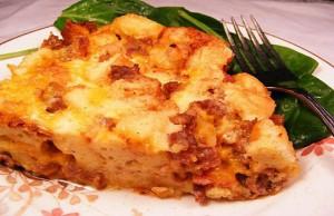 كسرولة النقانق مع البيض والجبن