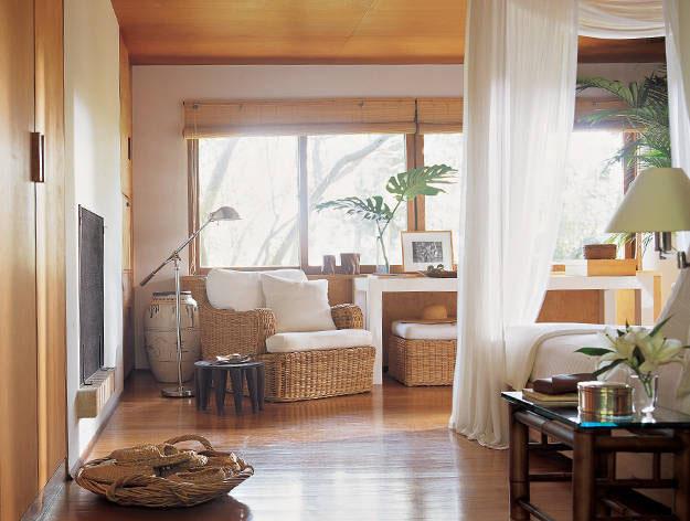 3.غرفة النوم الرئيسية لرالف لورين بستائر متدلية على السرير من خشب الساج
