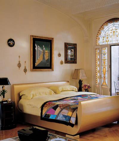 5.غرفة نوم دوناتيلا فيرساتشي الرئيسية في ميلانو, تعتبر هذه الغرفة مزيجاً من غرف النوم الكلاسيكية والحديثة,وهي ذات مساحة كبيرة تحتوي على سرير معدني من تصميم جوليان شنايل,كما يوجد على الجدار لوحة  جورجيو دي شيريكو غراندي ميتافيسكو.