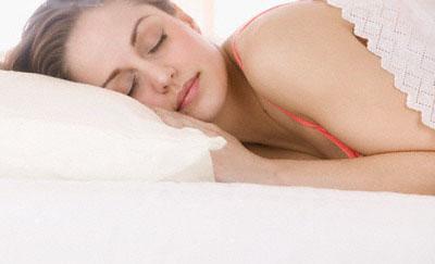 .وجد ان وضعيات النوم المختلفة كل ليلة تؤدي الى ظهور خطوط التجاعيد على الجلد