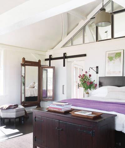 7.غرفة نوم ميغ رايان الرئيسية,غرفة نوم ميغ رايان مليئة بالضوء ,البياضات فخمة, والاضاءة بسيطة ,تم تصميم السرير حسب الطلب من خشب الليمون.