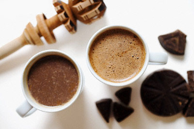 الكاكاو يحتوي على كميات جيدة من الكاتشين واليباكاتشين  والتي تساعد على حماية البشرة