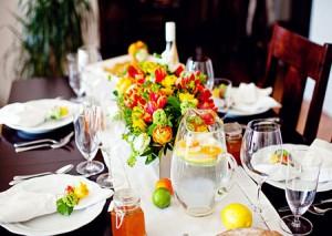 افكار تزيين طاولة السفرة بالاكسسوارات