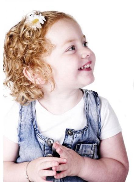 تسريحات و قصات شعر كيرلي للبنات الصغيرات 20138