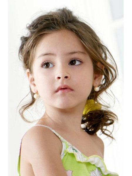 تسريحات و قصات شعر كيرلي للبنات الصغيرات 20131