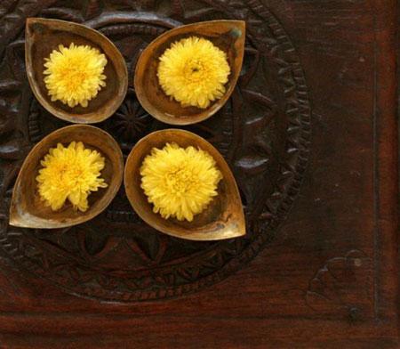 كيفية تزيين الطاولة بتنسيق زهور غريبة11