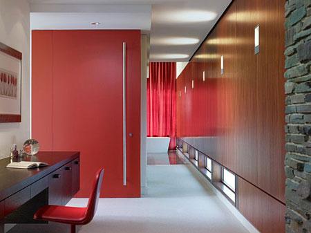 باب غرفة التخزين باللون الاحمر وممكتب حديث