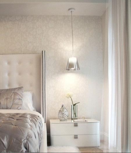 مصابيح معلقة بجانب السرير