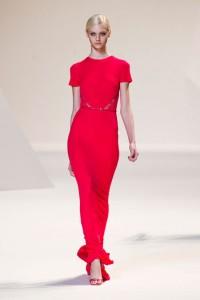 فساتين باللون الاحمر من عرض ازياء ايلي صعب لربيع 2013 من اسبوع الموضة في باريس.1