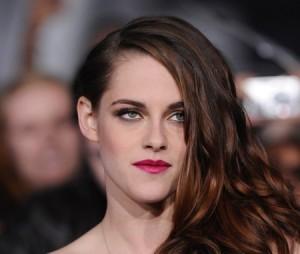 كرستين ستيوارت,بدت جميلة مع شعرها على الجنب ومكياج العيون يتناقض مع لون الشفاه الوردي ولمسة من احمر الخدود الوردية