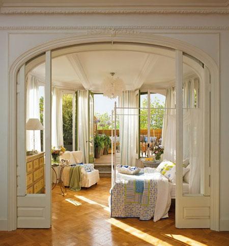 تصميم غرفة نوم رومانسية مع نوافذ نصف دائرية2