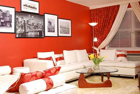 غرفة معيشة في الدور العلوي مع لون احمر وابيض