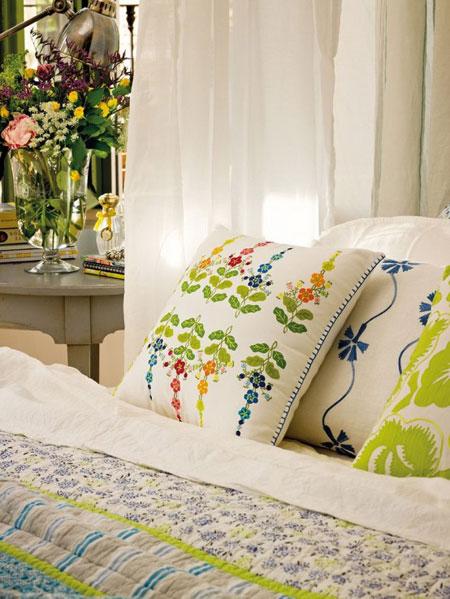 تصميم غرفة نوم رومانسية مع نوافذ نصف دائرية7