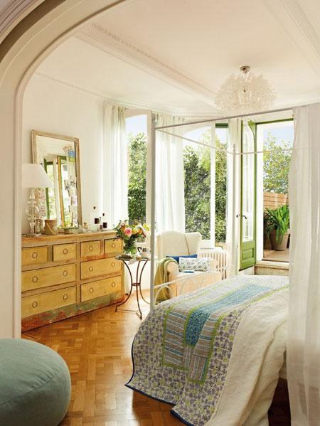 تصميم غرفة نوم رومانسية مع نوافذ نصف دائرية6