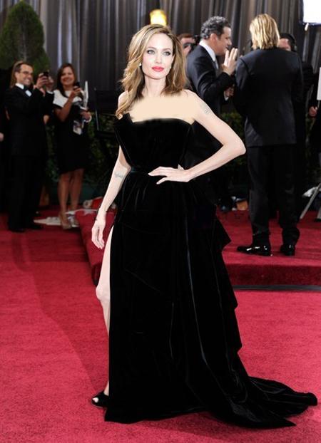 انجلينا جولي في فستان مخمل اسود