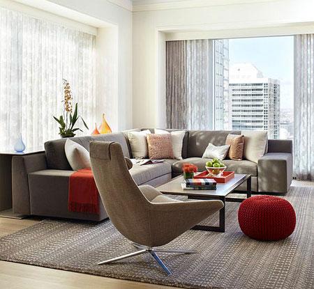 غرفة معيشة حديثة مزينة باللون الاحمر