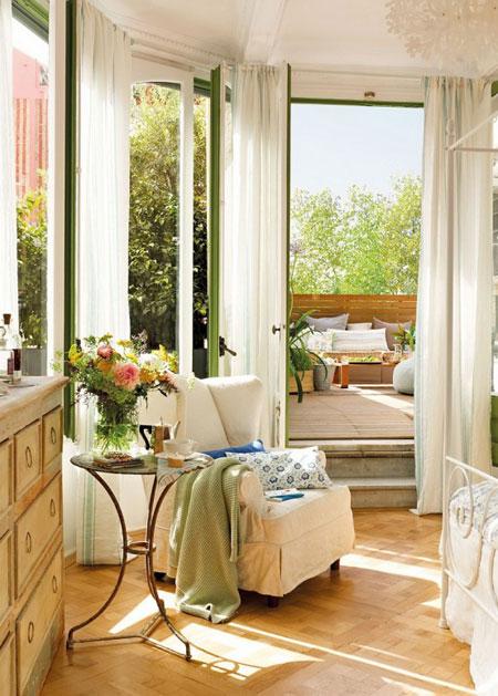 تصميم غرفة نوم رومانسية مع نوافذ نصف دائرية4