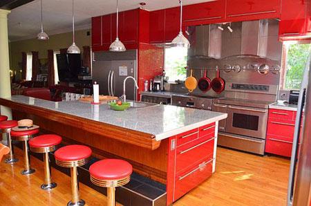 تصميم مطبخ حديث مع خزائن باللون الاحمر
